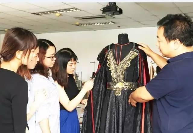 张晔(右)带着学生为影视剧设计服装图片