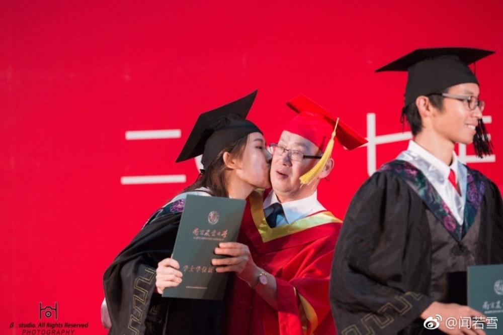6月22日,南京农业大学毕业典礼上,女生闻如雪亲了校长,亲完后她撒腿就跑了.