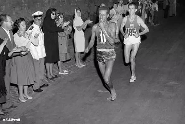 埃塞俄比亚选手阿贝贝·比基拉创造了一个惊人的奇迹.他赤着脚跑完图片