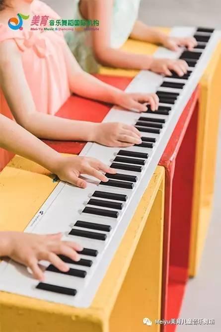 手之舞钢琴课   让指尖在钢琴上跳舞!