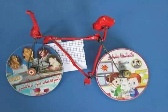 玻璃药瓶制作的风铃,饮料瓶做成的飞机,废旧光盘制成的闹钟,自行车图片
