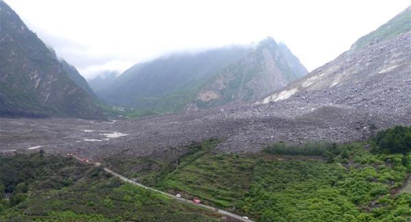 茂县官方发布:山体垮塌发生前后新磨村新村组对比图