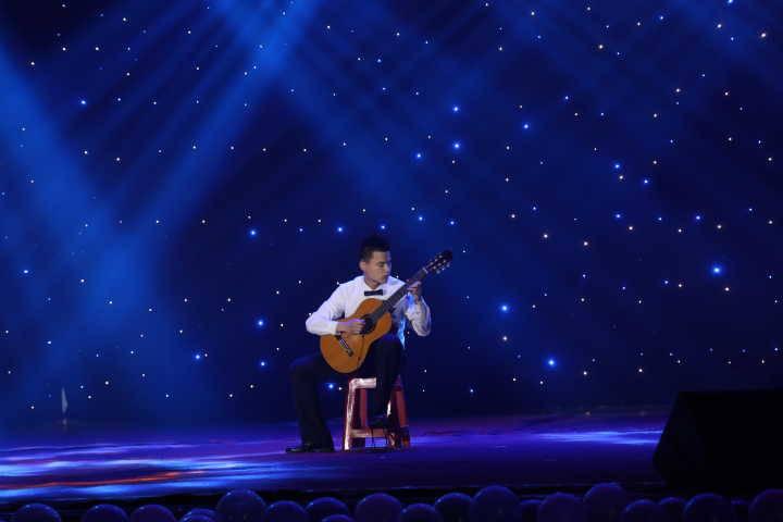 他独奏   《爱的罗曼史》   是吉他 杨凤绨   郁博尧   的小提琴曲   《夜