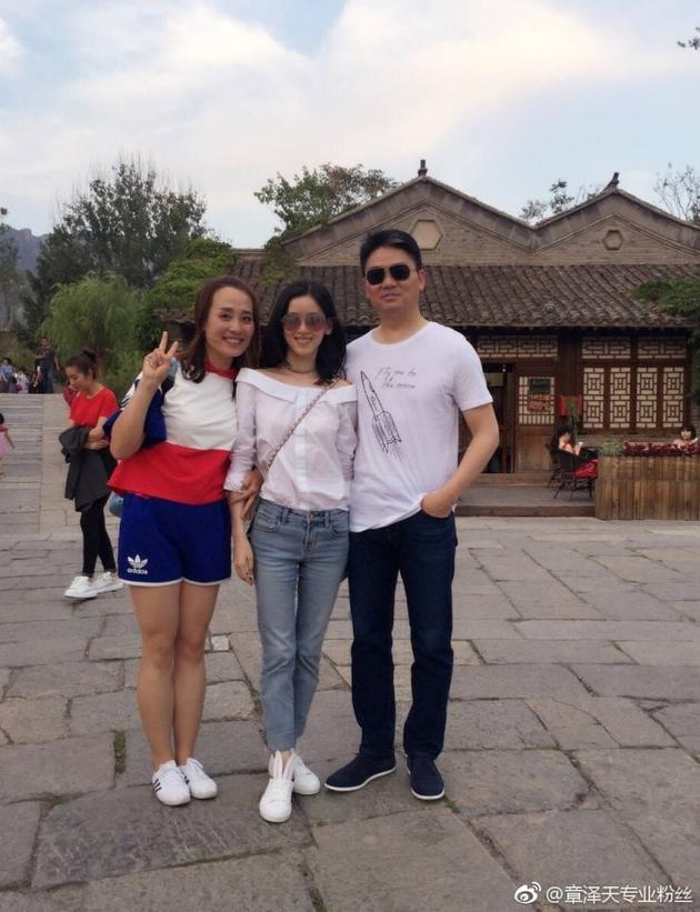 刘强东奶茶妹妹出门游玩 穿着简单遮不住好身材(图)图片