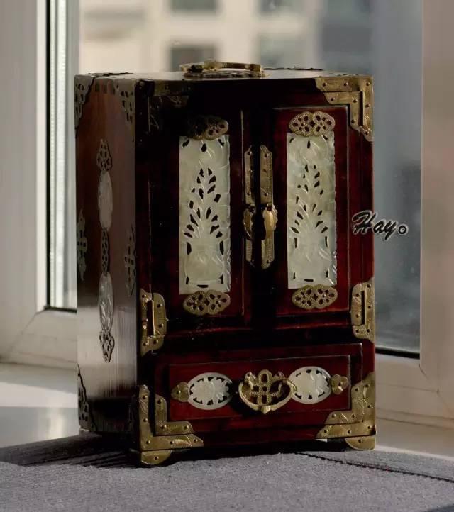 古代扇名,也称团扇,宫扇,罗扇,为女子所执. 装首饰的工具,有盒,箱等.