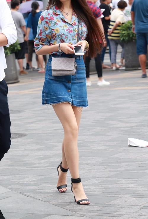 街拍:非常漂亮的牛仔裙高跟美女,走起路来更漂亮