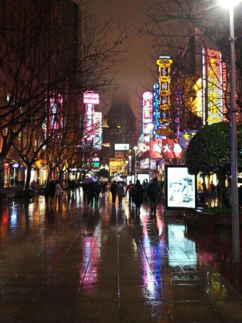 上海南京东路步行街雨景图片