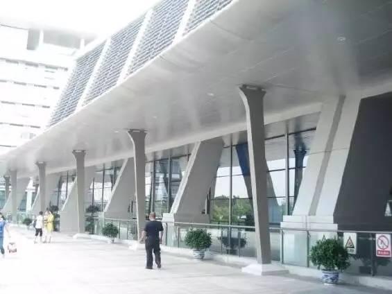图3 入口处风雨连廊   二是在首层以上西立面的玻璃幕墙外,全部增