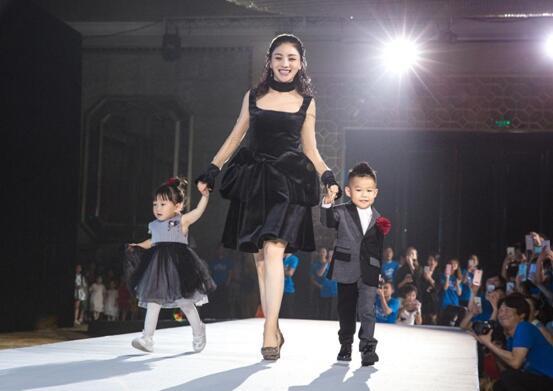 正文  五大洲特色热舞表演,孩子们与超模轮番登台,胡可牵手明星宝宝的图片