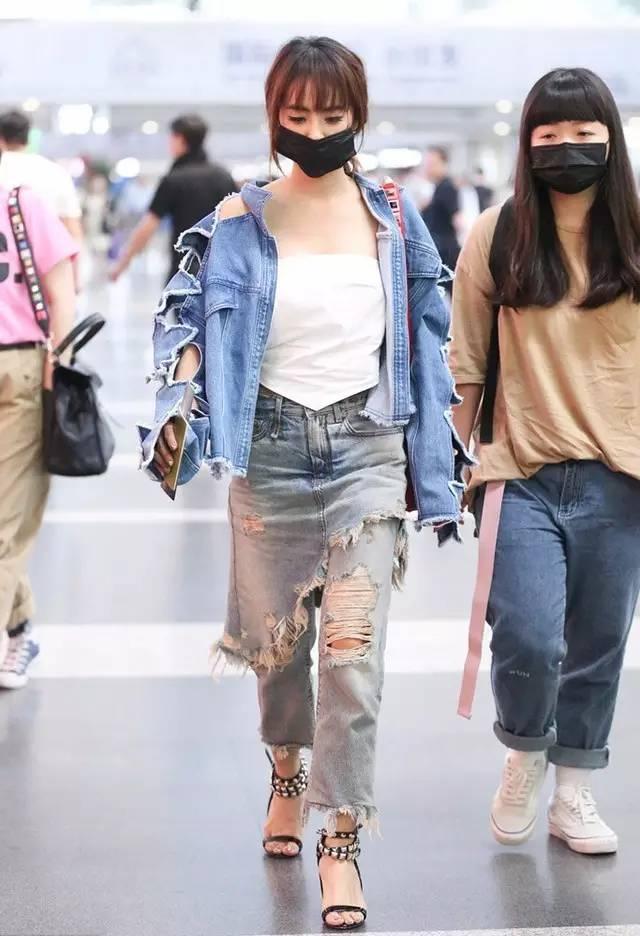 蔡依林穿着同款的牛仔裤就有点没有起范了,可见这种设计繁复的破洞图片