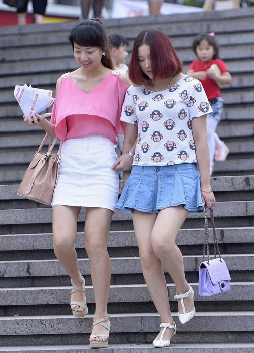 街拍:看美女穿着高跟鞋上下楼梯,欣赏这种美