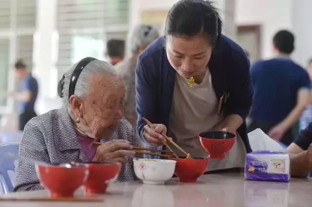 """""""上有老、下有小"""":谁来""""照料""""中国人?"""