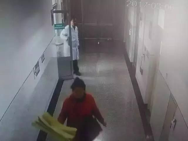 """抢救30小时医生累倒在地 病人离世前终于见到亲人"""""""