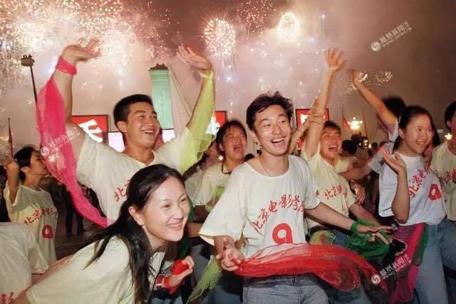 """黄晓明20年前庆祝香港回归旧照被美国博物馆收藏"""""""