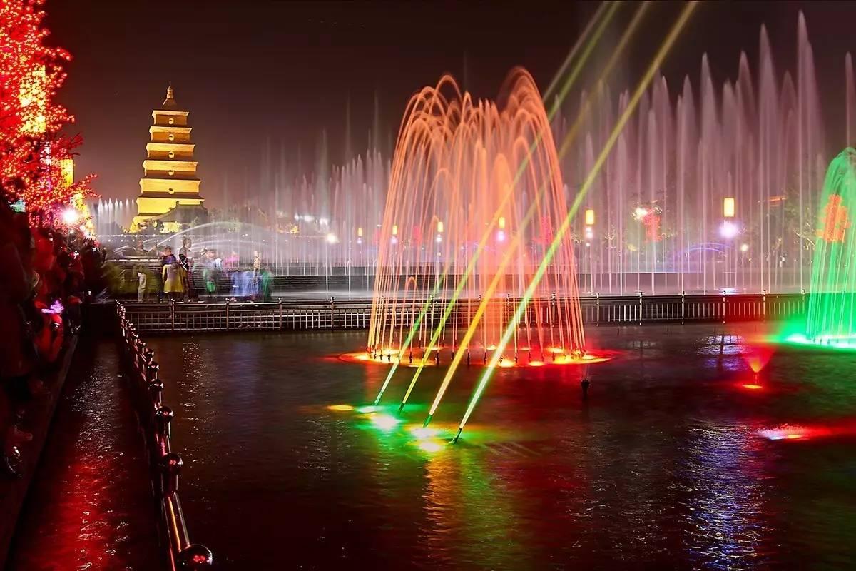 傍晚在大雁塔音乐喷泉前跳舞图片