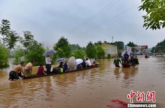 暴雨致湖南怀化市紧急转移民众近6万人(组图)