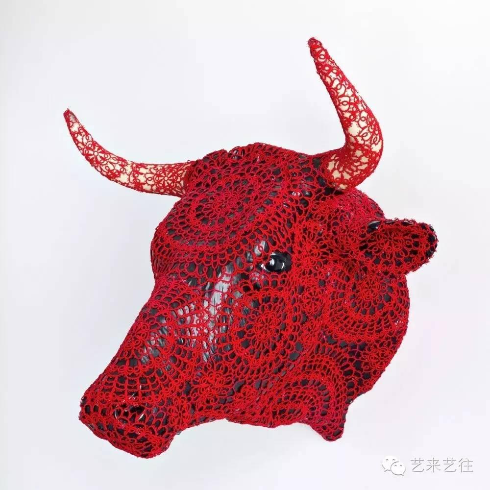 """原标题:女性艺术琼娜瓦斯康丝勒  琼娜瓦斯康丝勒 琼娜瓦斯康丝勒(Joana Vasconcelos)1971年出生于巴黎,在非常小的时候就同父母一起回到了葡萄牙。1989-1996年,在里斯本Ar.Co中心学习艺术和视觉表达。2005年的威尼斯双年展上她凭借作品A Noiva(新娘)开始引起世界的关注。这个作品是对Marcel Duchamp(马塞尔杜尚)的作品""""The Bride Stripped Bare by Her Bachelors, Even""""的机智回应,它是一个由25000个"""