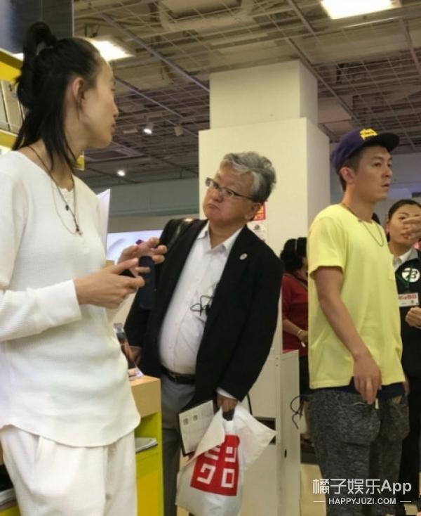 """陈冠希、秦舒培现身东京与粉丝开心合影,穿情侣鞋出"""""""