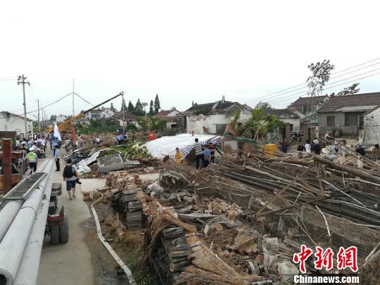 江苏东台遭雷雨大风袭击倒塌百余间房屋 正开展救援(组图)
