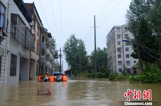 强降雨致湖北阳新局地内涝 消防官兵救出45人(组图)