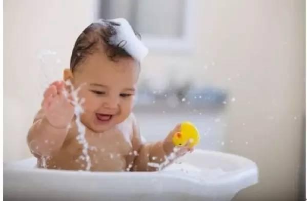 印度人给孩子洗澡就像洗衣服,看的牙都笑掉了图片