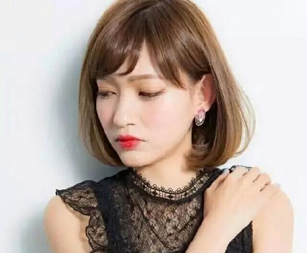 空气刘海加内扣短发发型图片
