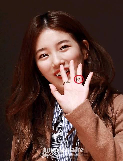 时尚 正文  泰妍的迷你纹身在耳后,是星座的符号,还有一个是在手肘