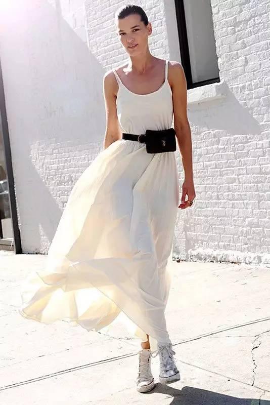 白色吊带长裙搭配图片,今夏最流行的吊带裙款式图片