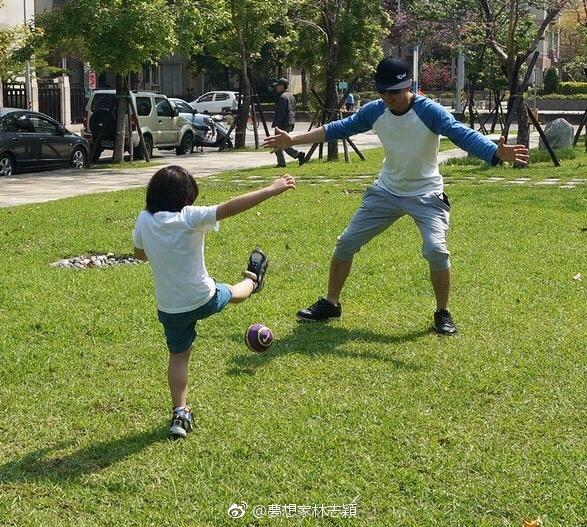 """林志颖晒老婆:一看照片就温暖,kimi带弟弟踢足球"""""""