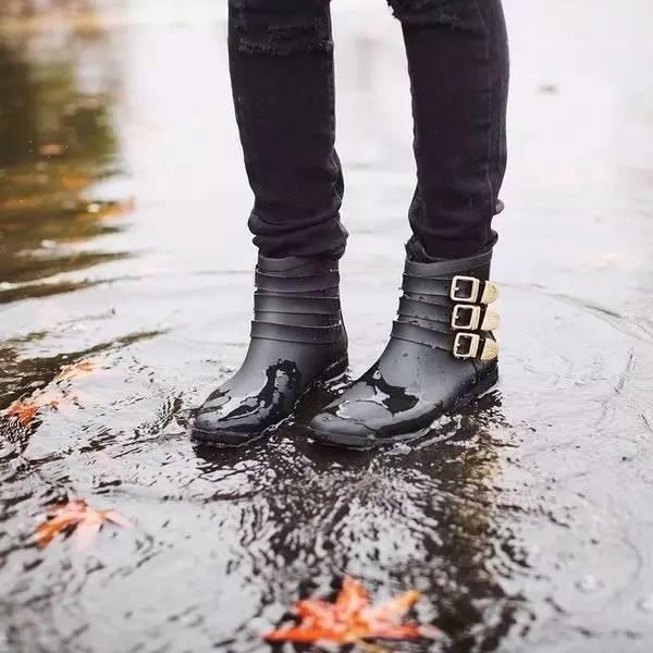 这双与其他雨鞋最大不同在于:脚后跟有拉链,穿脱都超级方便 ~   本季的 april showers 切尔西雨靴,鞋身与鞋底的撞色大胆有趣.