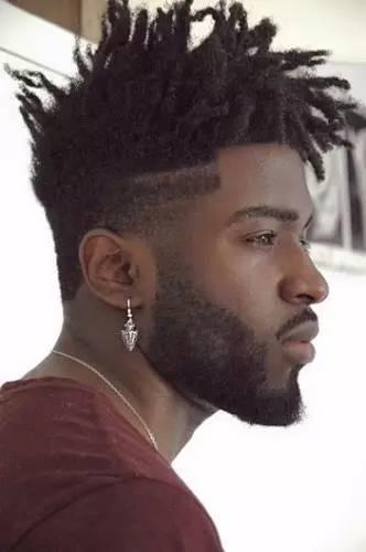 你只知道非洲人喜欢编小辫子,那你知道他们用泥土和粪便糊辫子吗?图片