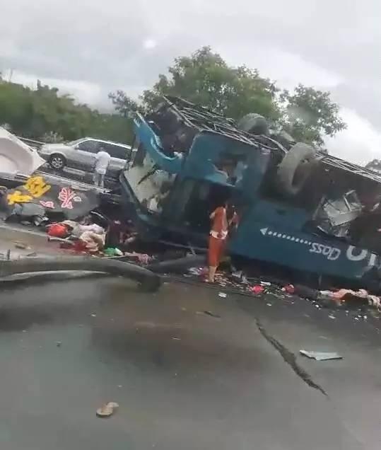 突发 广河高速发生特大惨烈车祸事故, 大巴侧翻, 19人死亡