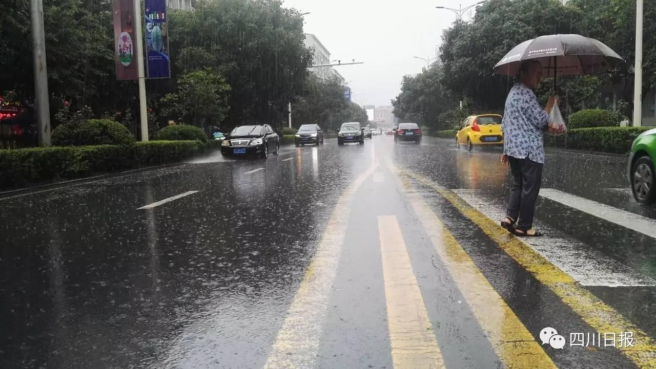"""暴雨袭川多城积水,正在进行""""海绵城市""""建设的遂宁经受"""