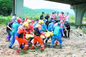 义工救援队抗洪救灾一天泡在水里十几个小时组图