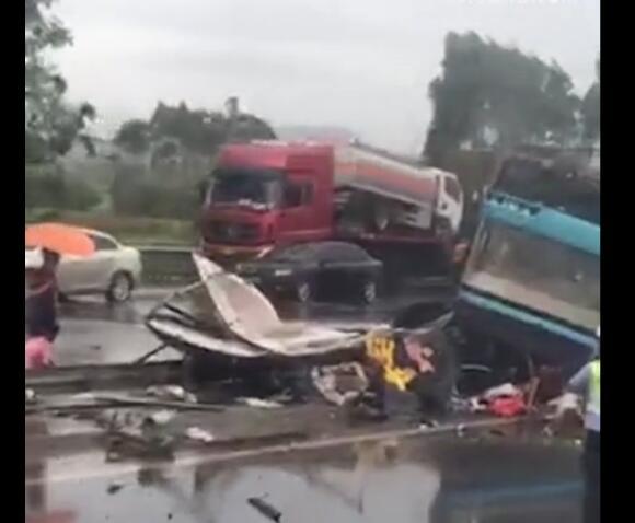 广河高速发生严重交通事故 大巴翻覆已致19人死亡