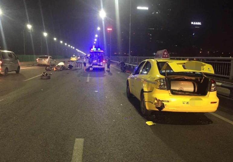 昨天晚上在黄花园大桥上发生了一场惊险的汽车追尾事故,原因竟然是高清图片
