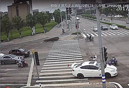 摩托司机被撞 空翻360度落地后推车走人 图图片 166683 450x308