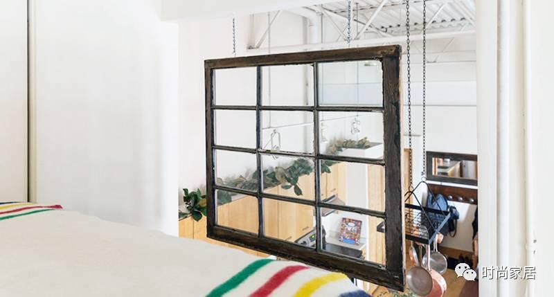用木箱diy的简易木质床板和白色铁艺屋顶,打造了轻工业的装潢氛围.
