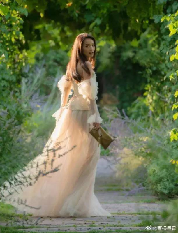 欧美三级片qvod_她曾为还债被迫拍三级片,如今成功洗白成为时尚大咖