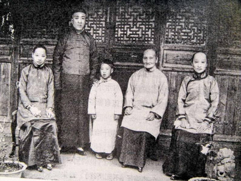 历史 正文  1878年,浙江绍兴城的朱户人家添一女婴,家人希望她能够