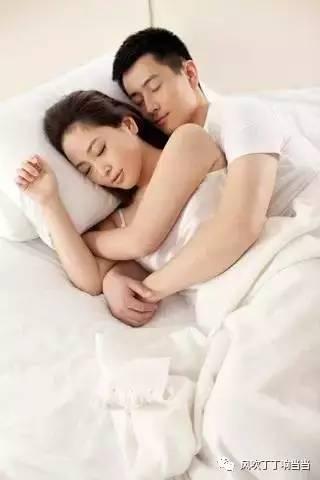 如果是女人抱着男人睡觉,则是火生土,也属于旺夫睡姿.