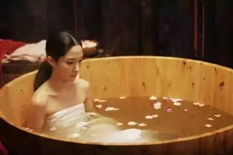 手绘沐浴古装男子