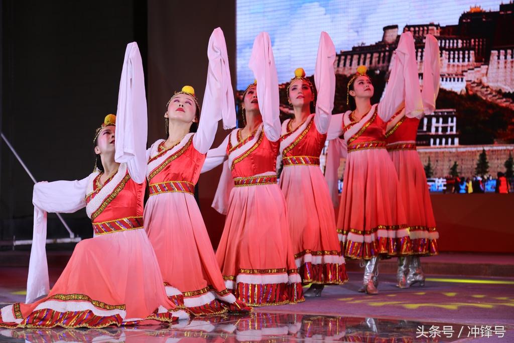 阿勒泰/舞蹈《再唱山歌给党听》由中国工商银行新疆阿勒泰分行职员演出