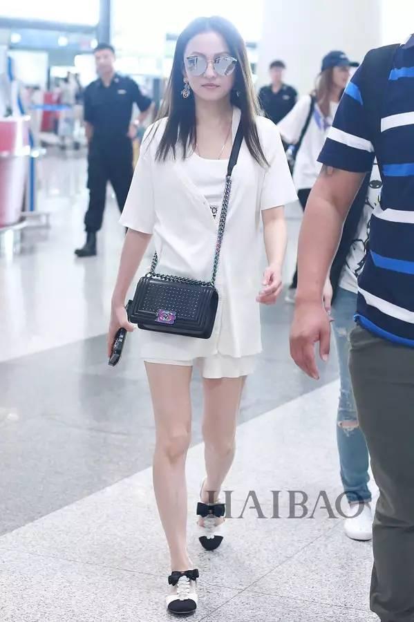 张歆艺2017年7月9日北京机场街拍 2017年7月9日,叶璇与男友小默先生图片