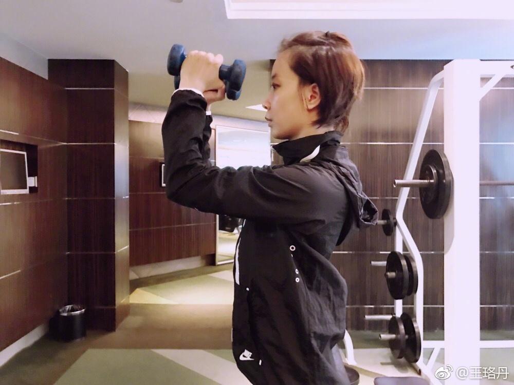 王珞丹自曝小跑去健身房原因 素颜加苹果头超接地气 组图