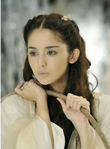 佟丽娅短发亮相显撞脸娜扎,郑爽素颜嘴角伤疤抢镜