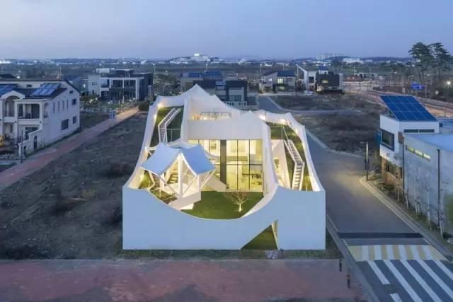 将韩国传统建筑特点,与飞行员的日常生活相结合,这栋有点未来科技感的