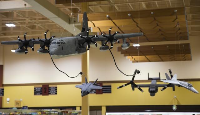 最难制作的要属KC-130加油机,他是先画出大致的尺寸后,再将制作