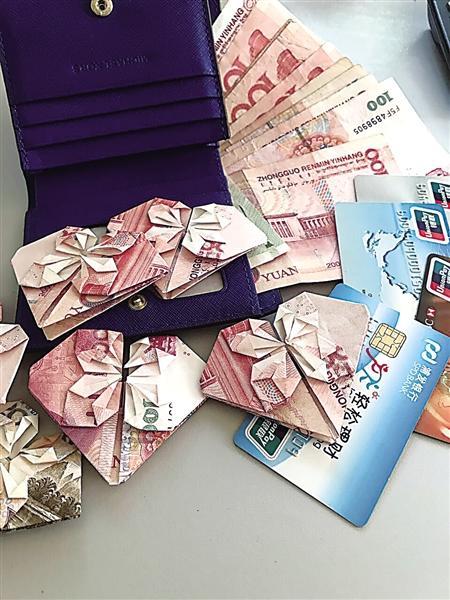 女子遗失浪漫礼物 99朵钞票 钱花 落公交上 图
