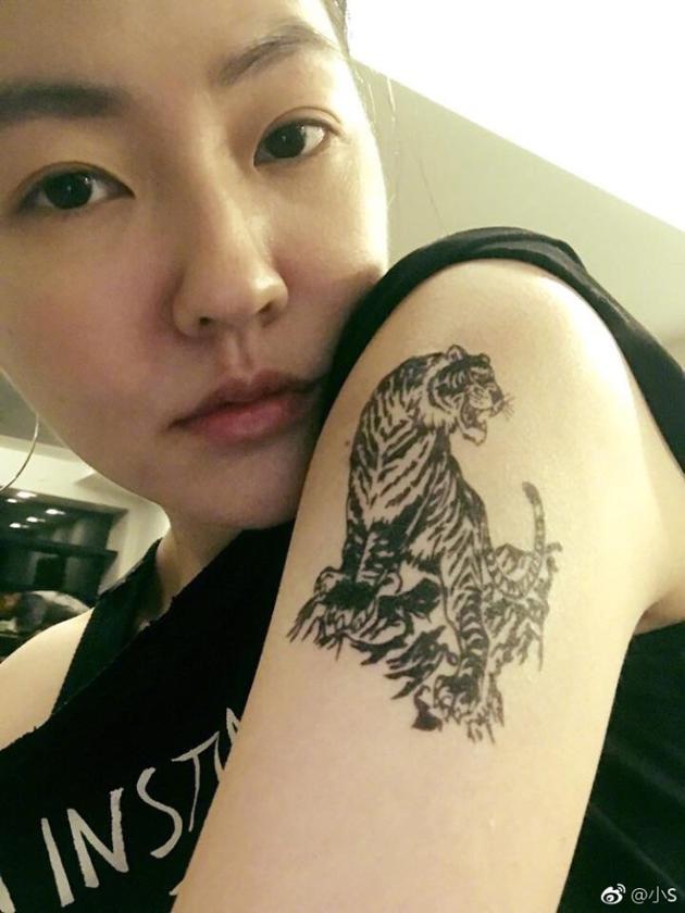 小s秀和三个女儿的纹身 网友:全家都是狠角色(组图)